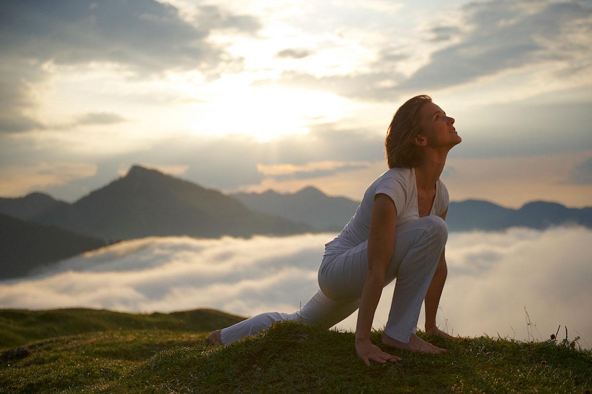 Eva-beim-yoga-in-der-Vorbeuge