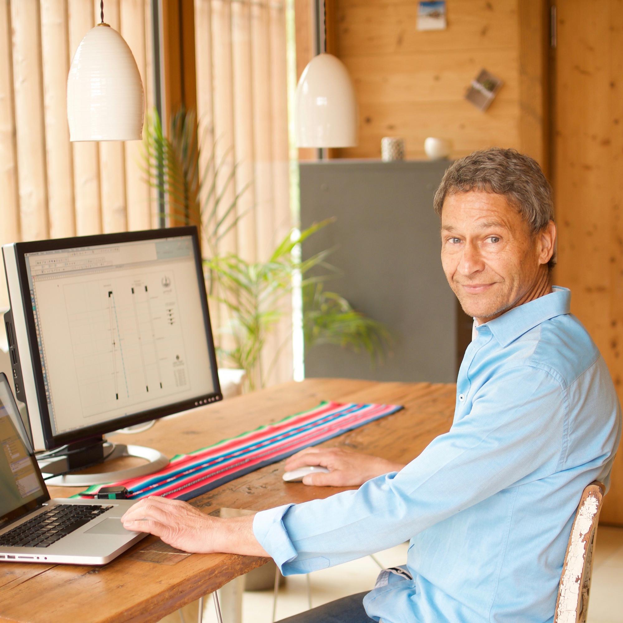 Jörg Hoffmann von gamswild am Schreibtisch